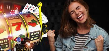 Pelikortteja, pelimerkkejä, ruletti, pelikoneen rulla ja nainen
